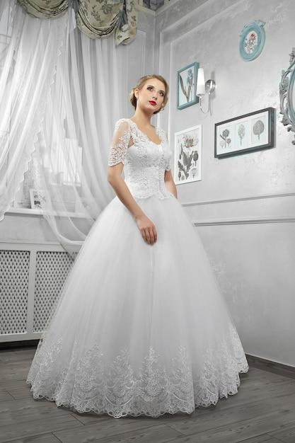 mujer en vestido de novia blanco largo en pentecostés | descargar