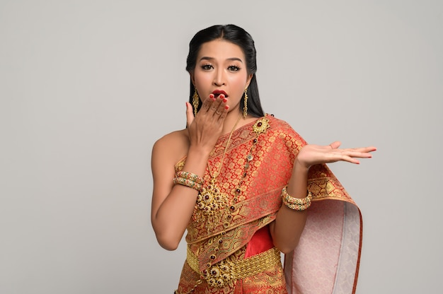 Mujer con vestido tailandés que hizo un símbolo de mano Foto gratis