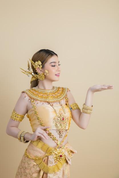 Mujer con vestido típico tailandés Foto gratis