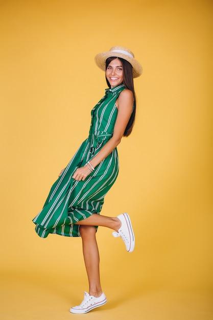 843f19797 Mujer en vestido verde y sombrero sobre fondo amarillo | Descargar ...