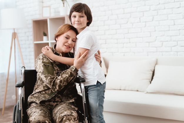 Mujer veterana en silla de ruedas regresó a casa. Foto Premium