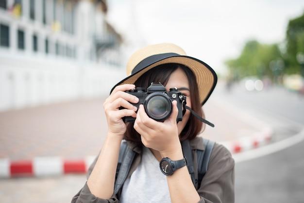 Mujer de viaje asiática está disfrutando con hermoso lugar en bangkok Foto Premium
