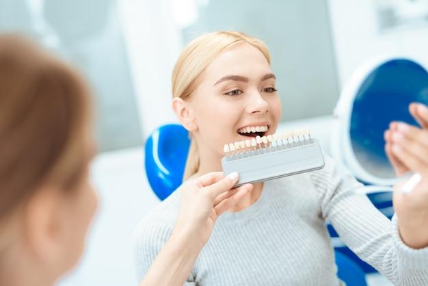 Una mujer vino a ver a un dentista para blanquear los dientes. Foto Premium