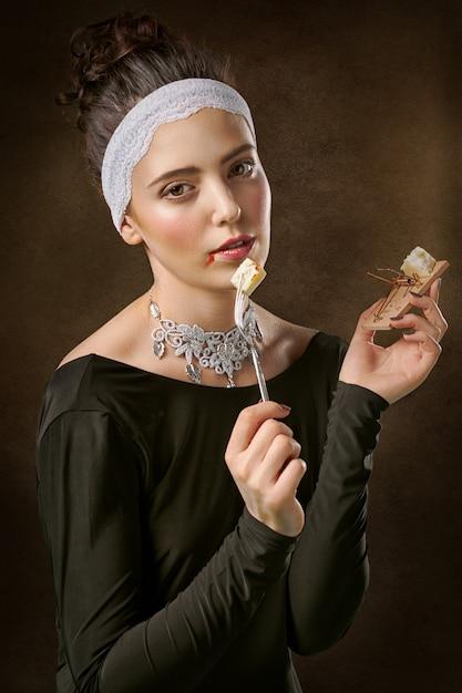 Mujer vistiendo cuello barco y camisa de manga larga comiendo Foto gratis