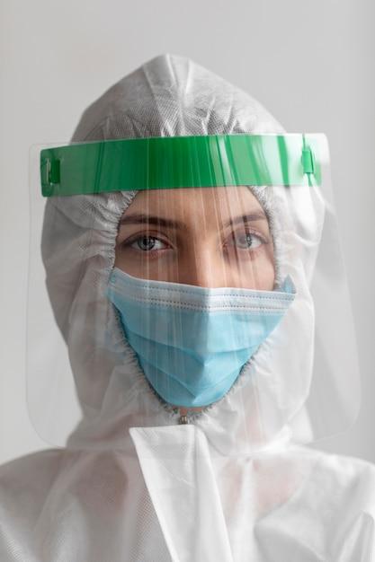 Mujer vistiendo equipo de protección Foto gratis