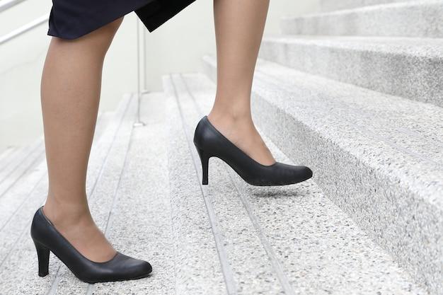 2acacb48e91c Mujer con zapatos de tacón alto subiendo las escaleras | Descargar ...