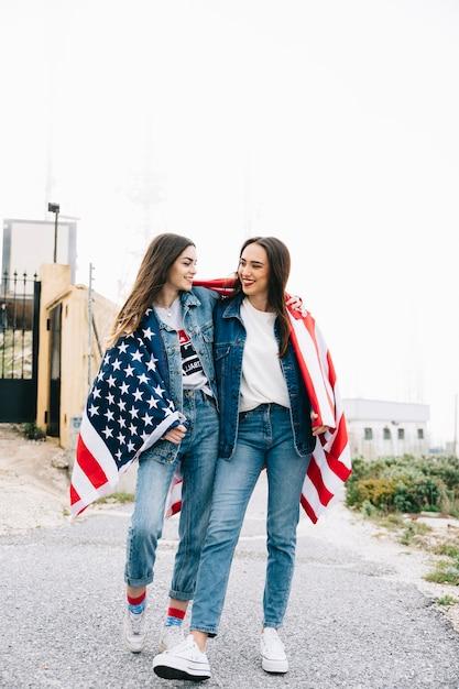 Mujeres abrazándose el 4 de julio Foto gratis