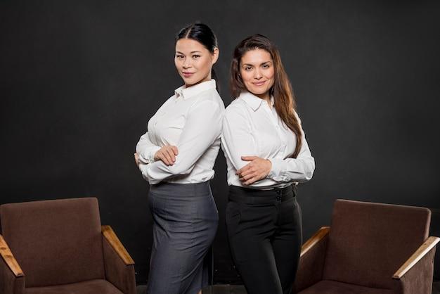Mujeres de alto ángulo en trajes formales Foto gratis