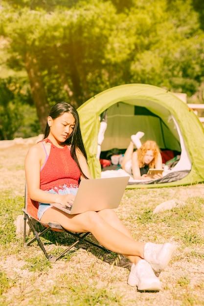 Mujeres con aparatos descansando al aire libre. Foto gratis