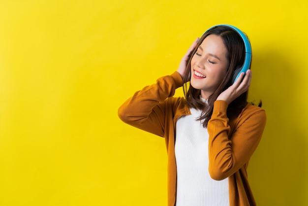 Mujeres asiáticas escuchando musica Foto Premium