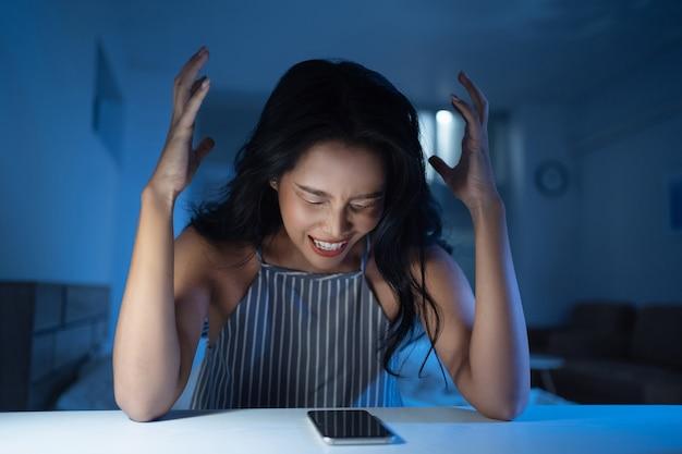 Las mujeres asiáticas están estresadas y locas ella está deprimida Foto gratis