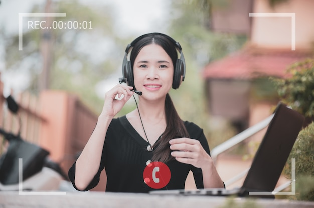 Las mujeres asiáticas son call center y screen video call record Foto Premium