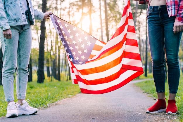 Mujeres con bandera de estados unidos en el parque Foto gratis