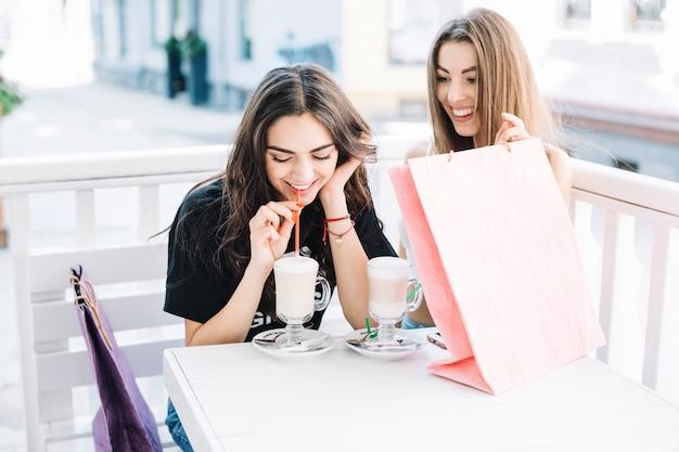 Mujeres bebiendo batidos en café Foto gratis