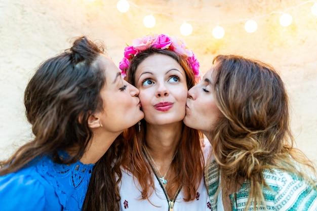 Mujeres besando a una niña feliz en su cumpleaños Foto Premium