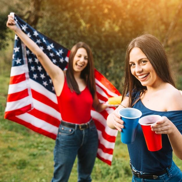 Mujeres celebrando el 4 de julio Foto gratis