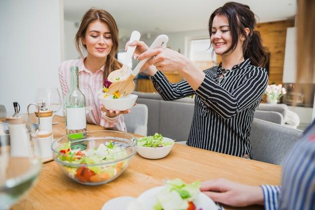 Mujeres comiendo alimentos saludables Foto gratis