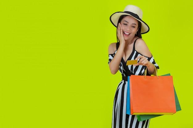 Mujeres comprando con bolsas de compra y tarjetas de crédito Foto gratis