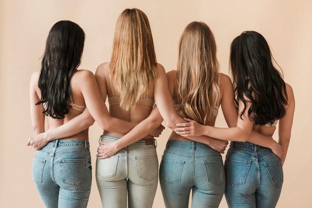 Mujeres delgadas de pelo largo que se unen en fila Foto gratis