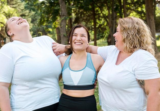 Las mujeres en el deporte usan risas tiro medio Foto gratis