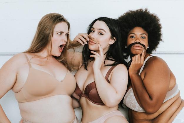 Mujeres diversas abrazando sus cuerpos naturales. Foto Premium