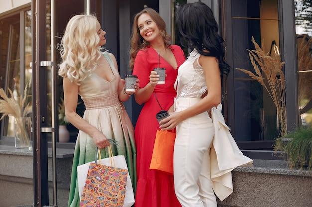 Mujeres elegantes con bolsas de compras en una ciudad Foto gratis