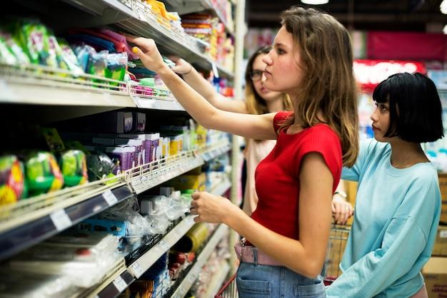 Mujeres eligiendo comida de supermercado supermercado Foto Premium