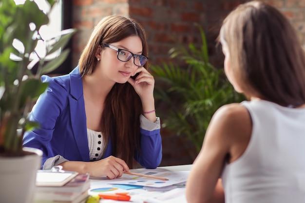 Mujeres empresarias en una reunión Foto gratis