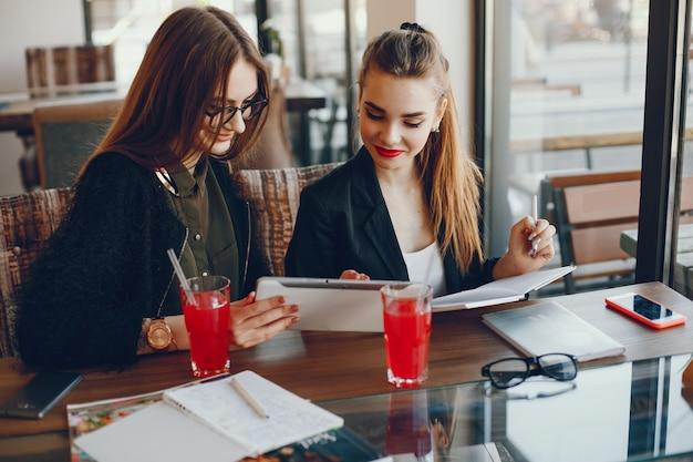Mujeres Empresarias Sentadas En Un Café Descargar Fotos Gratis