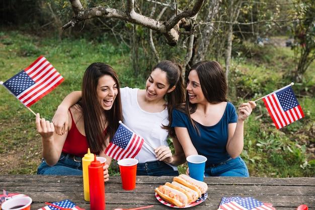 Mujeres felices haciendo picnic Foto gratis