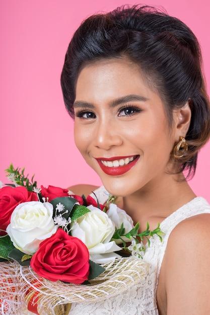 Mujeres felices de la moda y ramo de flores. Foto gratis