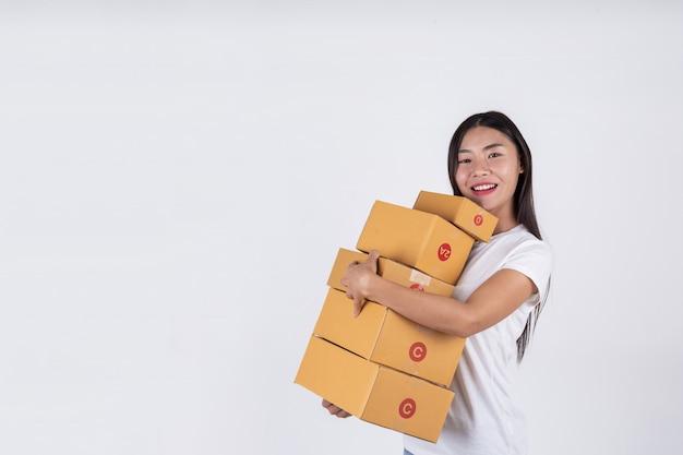 Mujeres felices pidiendo productos a los clientes, dueños de negocios que trabajan en casa en un fondo blanco Foto gratis