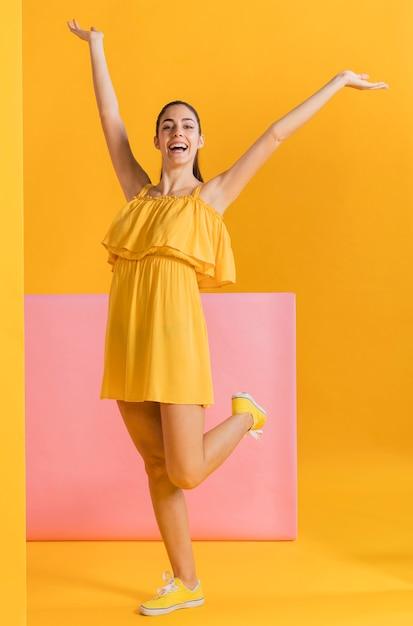 Mujeres felices en vestido amarillo Foto gratis