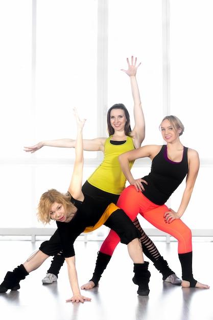 Mujeres flexibles en ropa deportiva posando Foto gratis