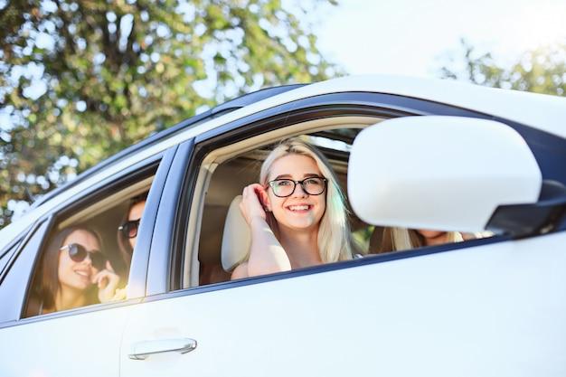 Las mujeres jóvenes en el auto sonriendo Foto gratis