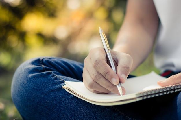 Mujeres jóvenes escribiendo en el cuaderno en el parque, la educación y el  conocimiento | Foto Premium
