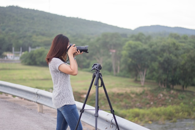 Las mujeres jóvenes toman fotos del paisaje. Foto Premium