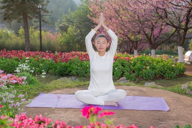 Las mujeres juegan yoga en el parque. Foto gratis