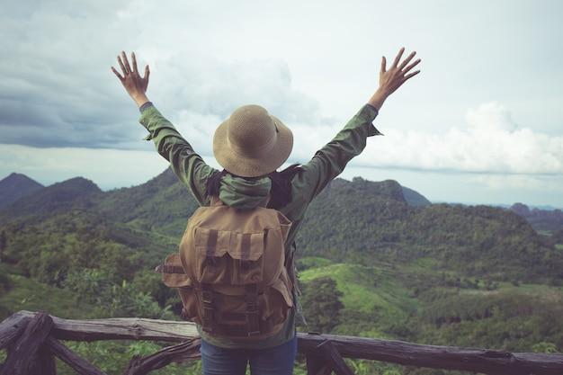 Las mujeres levantan la mano en phu pa po o fuji en loei Foto Premium
