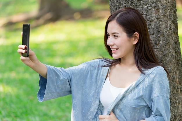 Mujeres Lindas Asiáticas Con Smartphone Selfie En El Parque