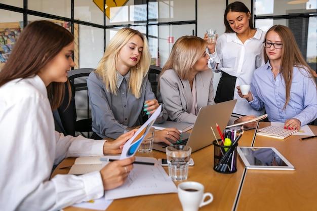 Mujeres de negocios reunidas en estrategias Foto gratis