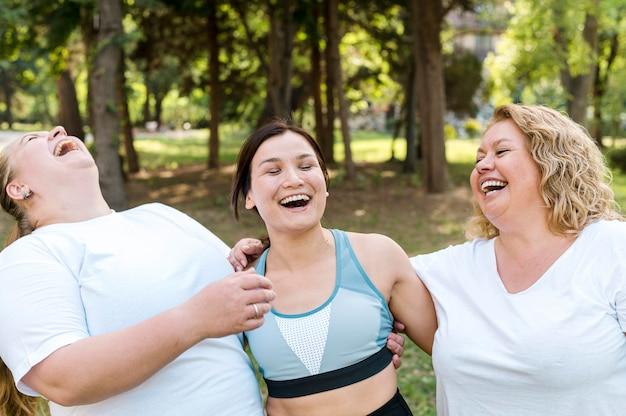Mujeres en el parque riendo juntas Foto gratis