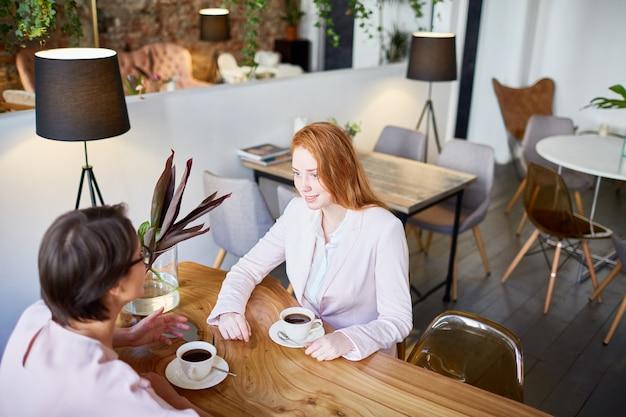 Mujeres en pausa para tomar café Foto gratis