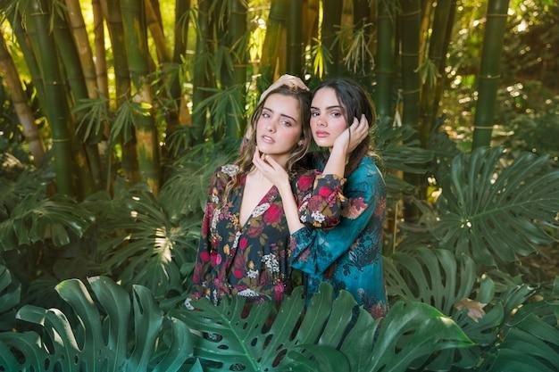 Mujeres posando en un entorno natural. Foto gratis