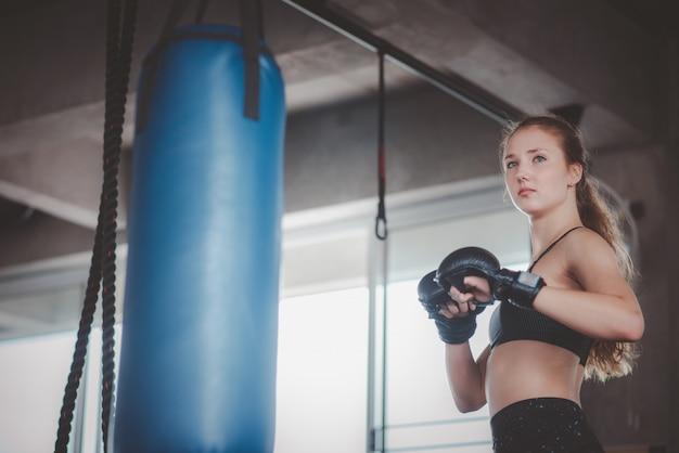 Mujeres posando para el entrenamiento de boxeo en el gimnasio Foto Premium