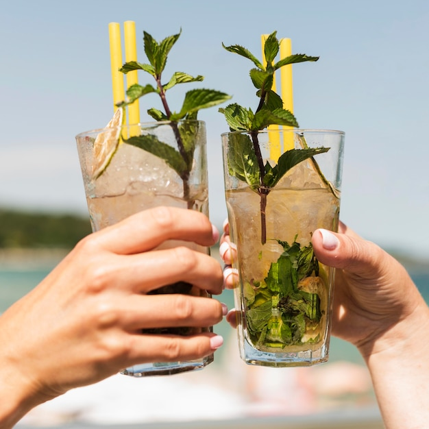 Mujeres de primer plano disfrutando de cócteles de verano Foto gratis