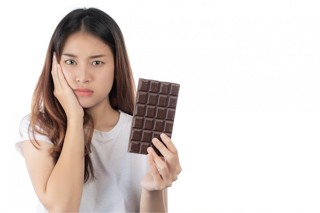 Mujeres que están en contra del chocolate, aisladas sobre un fondo blanco. Foto gratis