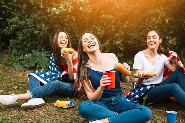 Mujeres riendo sentado en el parque Foto gratis
