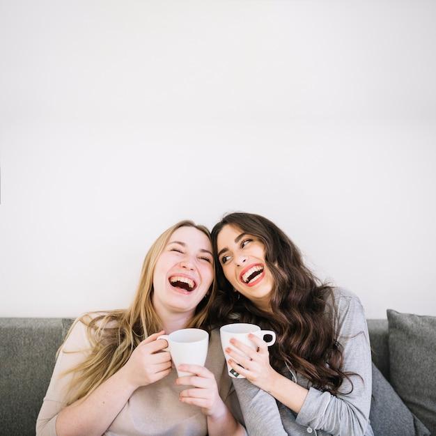Mujeres riendo con tazas Foto Premium