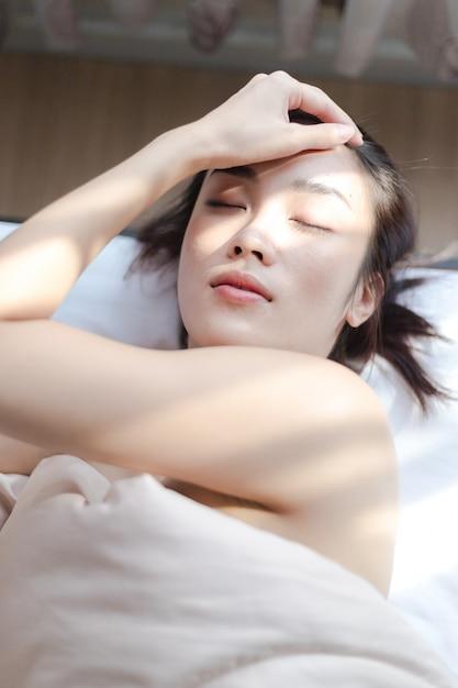 Mujeres sexy desnudas cubiertas con mantas durmiendo en la
